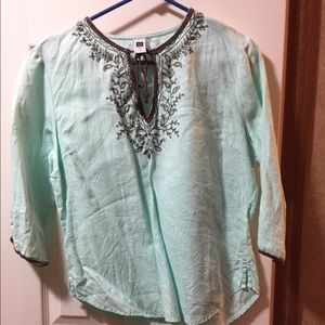 Tunic with 3/4 length sleeves.
